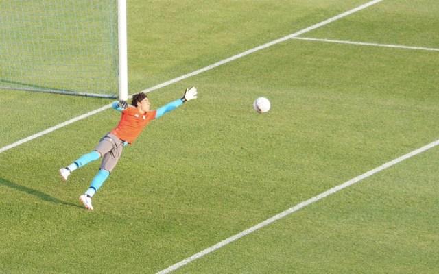 Guillermo Ochoa mantiene intacto el arco del Standard en Bélgica - Foto de @Standard_RSCL
