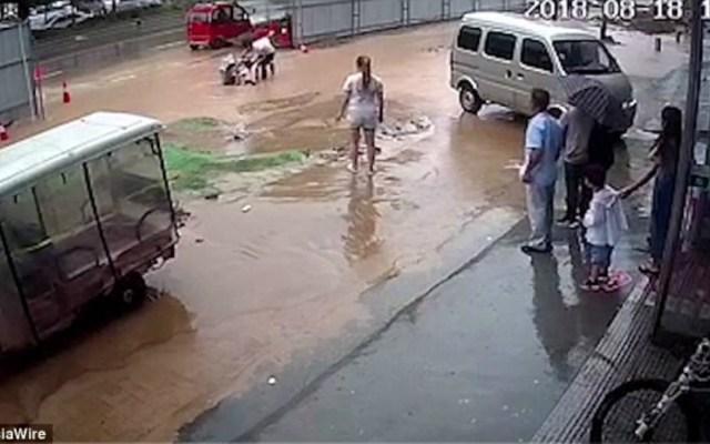 #Video Jóvenes caen a socavón inundado en China - Foto de AsiaWire