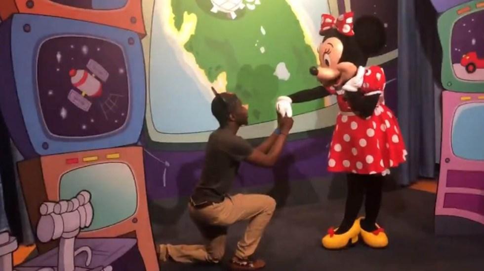 #Video Le propone matrimonio a Minnie y así reaccionó Mickey - Foto Captura de Pantalla