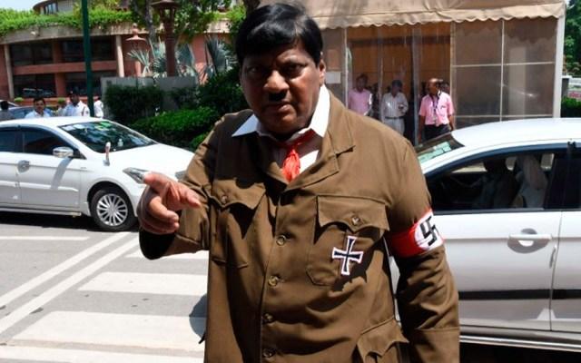 #Video Legislador se viste como Hitler para criticar a primer ministro - Foto de AFP