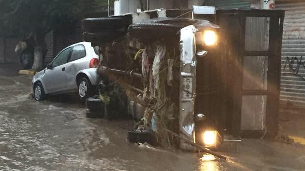 #Video Inundación arrastra vehículos en Chimalhuacán - Foto de Quadratín