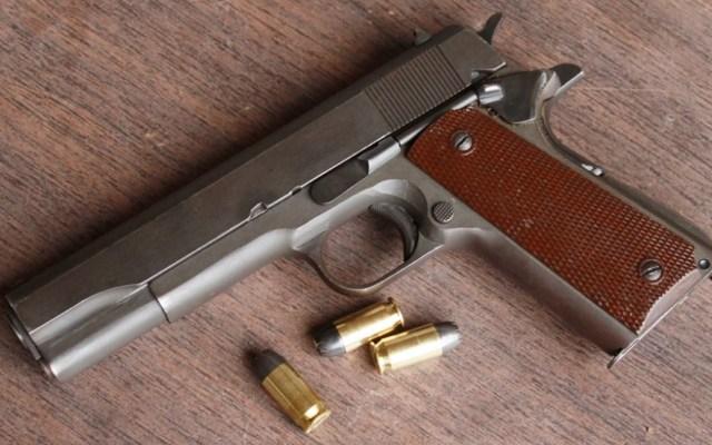 Detienen a tres menores armados en Iztacalco tras persecución - Pistola semiautomática Colt M1911 con balas del calibre .45. Imagen ilustrativa de archivo