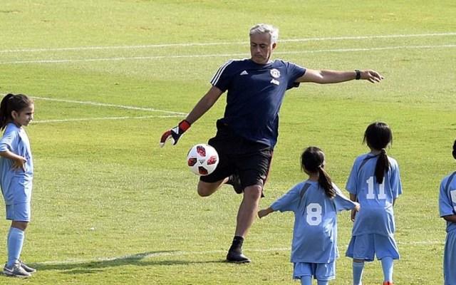 Jugadores del Manchester United se enfrentan a 100 niños