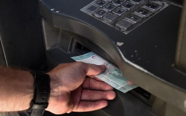 Moneda de Venezuela ya vale cinco ceros menos - La inflación se detonó a más de mil por ciento. Foto de AFP / Federico Parra