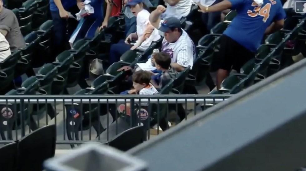#Video Papá salva a sus hijos de ser golpeados por bat en la MLB - Foto de Captura de pantalla
