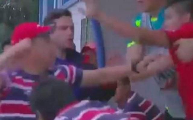 #Video Asistente técnico y jugador pelean durante partido