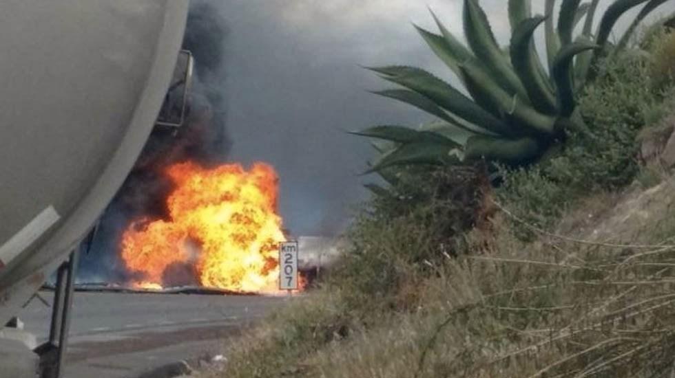 #Video Se incendia pipa de gasolina en autopista Puebla-Córdoba - Foto de @zapotilticreyes