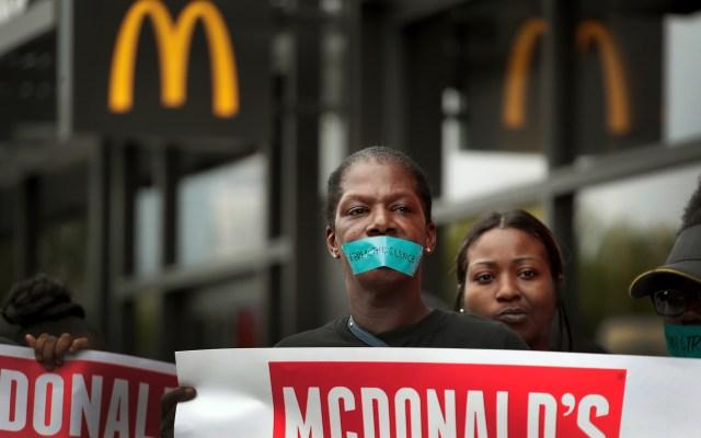 Trabajadores de McDonald's realizan huelga para acoso sexual - Foto de AFP