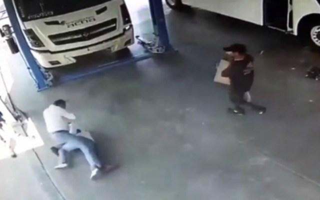 #Video Empresario de transporte de Irapuato golpea a su empleado - Foto de Quadratín