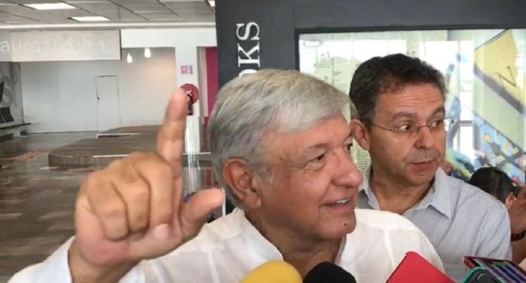 #Video López Obrador besa a reportera tras evadir pregunta - Foto de Milenio