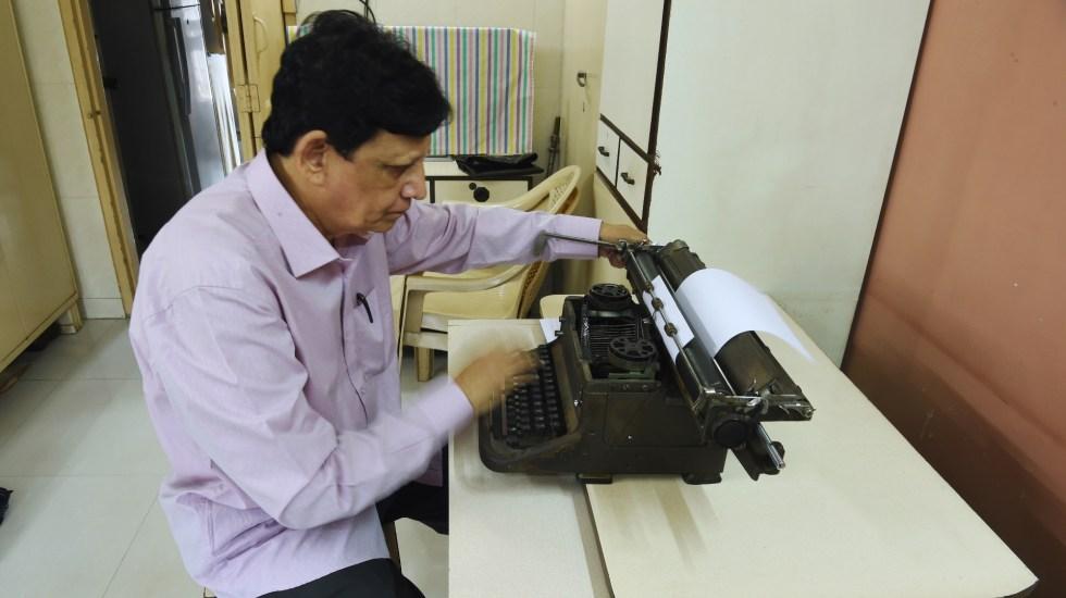 Artista indio dibuja retratos con una máquina de escribir - Foto de Indranil Mukherjee/AFP