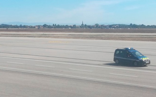#Video Detienen a hombre que entró con auto a pista de aeropuerto de Lyon - Foto de AFP