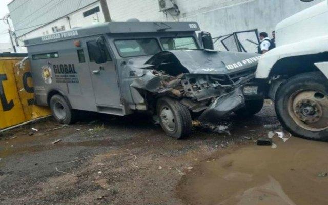 Tráiler choca camioneta de valores para asaltarla - Foto de Excélsior