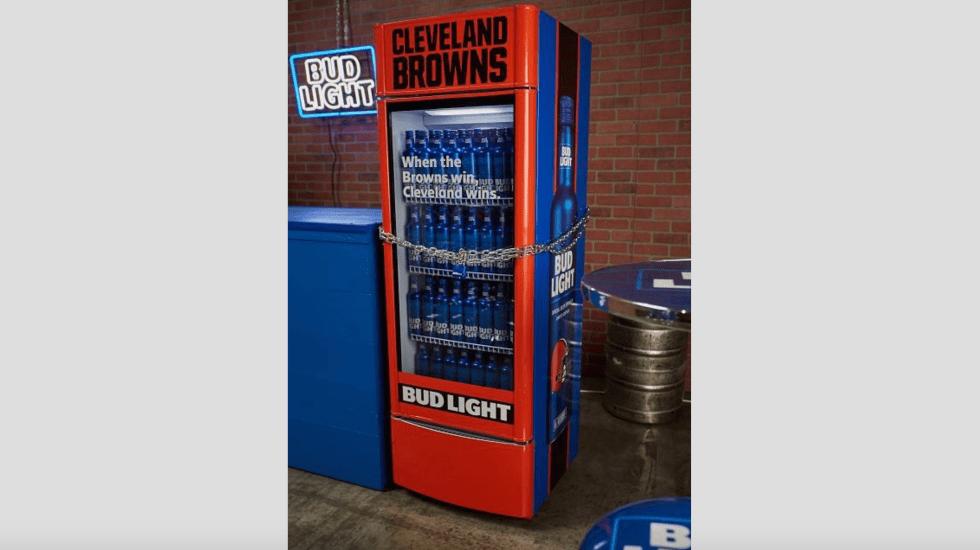 Regalarán cerveza en Cleveland tras triunfo de los Browns - Foto de @RefrigeradorNFL