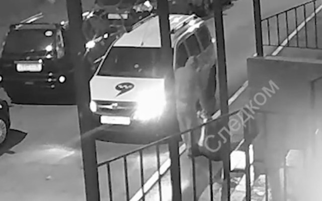 #Video Hombre sube maleta con el cadáver de su esposa a taxi en Rusia - Foto de Daily Mail
