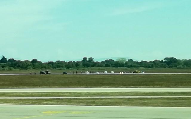 #Video Detienen a hombre que entró en auto a pista de aeropuerto en Francia - Foto de AFP