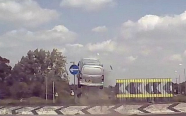 #Video Furgoneta sale volando en accidente carretero en Reino Unido - Foto de Youtube