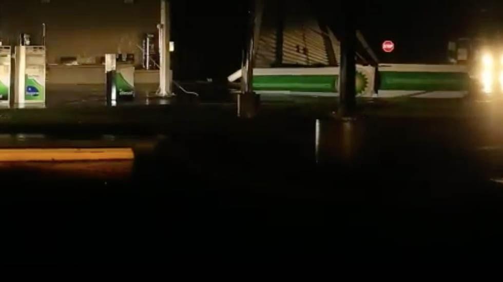#Video Vientos de Florence desprenden techo de gasolinera - Captura de pantalla