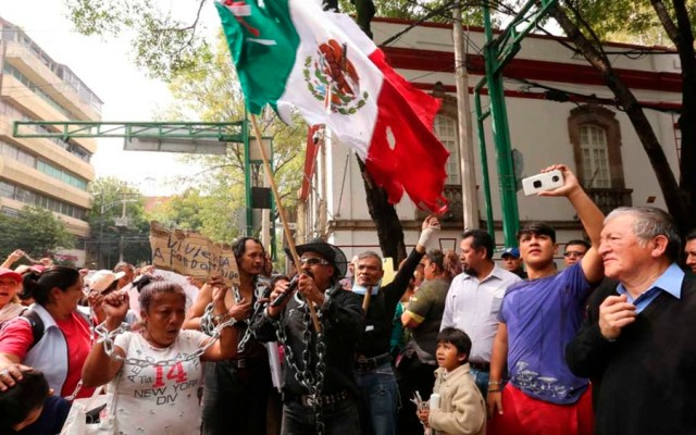 Vecinos de Iztapalapa dan 'El Grito' en casa de transición de AMLO - Foto de Milenio