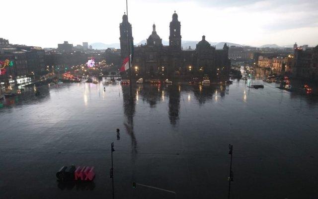Activan alerta amarilla por lluvias en nueve delegaciones en la Ciudad de México - Zócalo de la CDMX en una tarde lluviosa. Foto de @juanbaaq
