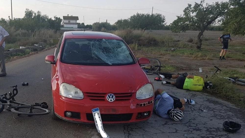 Hombre atropella con su automóvil a ocho ciclistas en España - Foto de @noticias_cuatro