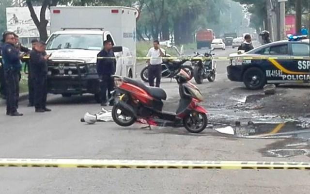 Motociclista cae a bache y su hijo muere aplastado por camión - Foto Especial