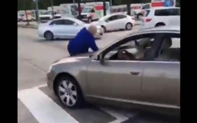 #Video Mujer arrolla a chofer de autobús por criticar cómo conduce - Foto Captura de Pantalla