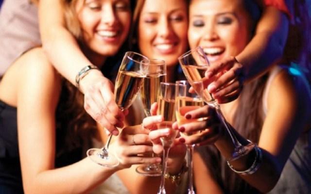 Mujeres consumen .73 bebidas de alcohol a diario en el mundo - Foto de Internet