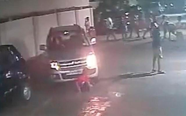 #Video Mujer atropella a niño en India