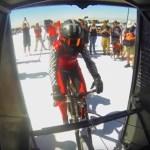 #Video Ciclista rompe récord al lograr pedalear más rápido que un avión al despegar