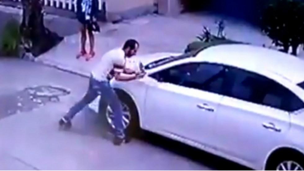 #Video Ladrones roban los espejos de un auto en 15 segundos - Foto de Internet