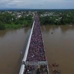 Tensión en la frontera sur de México por la caravana migrante - Aspectos de la caravana migrante este viernes, en el puente fronterizo entre México y Guatemala. Foto de AFP