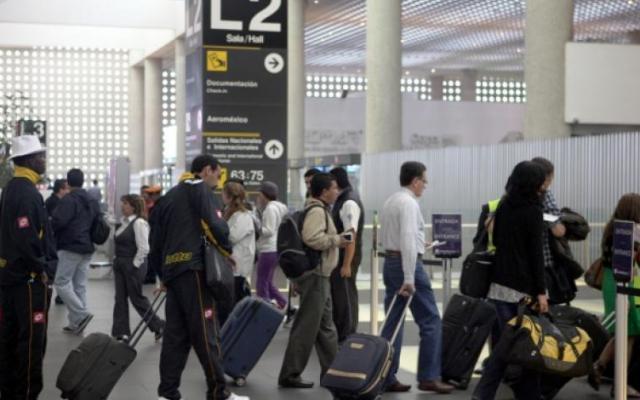 Segunda sala de la Corte defiende derechos de usuarios de transportes aéreos - Pasajeros en el AICM. (Foto de archivo)