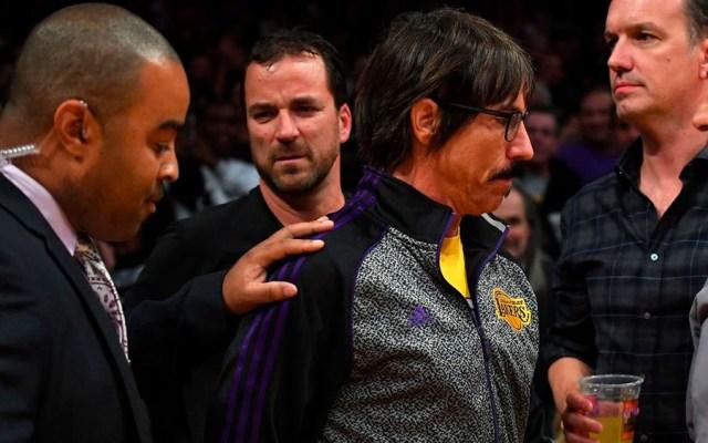 #Video Expulsan a Anthony Kiedis durante partido de la NBA