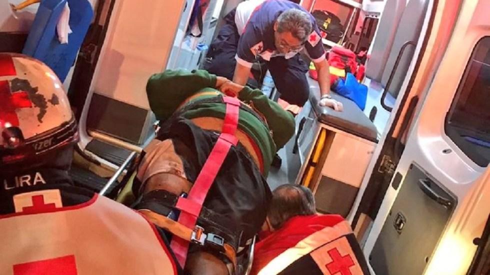 Asesinan en balacera a dos hombres en Iztapalapa - Paramédicos de la Cruz Roja atendieron a hombre herido en balacera que dejó dos muertos, en Iztapalapa. Foto de @alertasurbanas