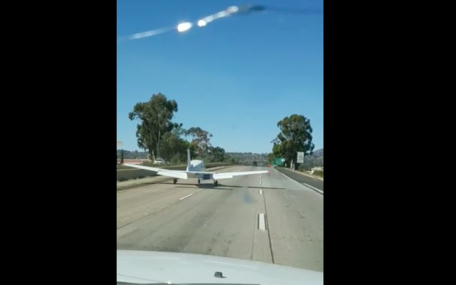 #Video Avión pequeño aterriza en autopista en San Diego