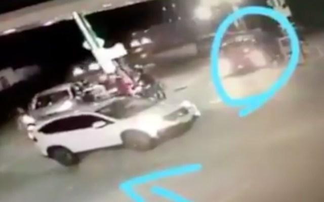 #Video Comando armado asalta gasolinera en Cuautitlán Izcalli - Al menos siete personas bajaron de una camioneta para asaltar a los conductores en una gasolinera