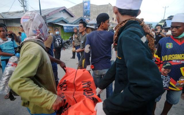Contabilizan mil 763 muertos y cinco mil desaparecidos en Indonesia - Voluntarios apilan los cadáveres recién encontrados en Indonesia. Foto de AFP / Ola Gondronk