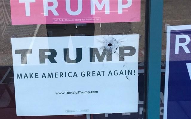 Atacan a balazos sede del Partido Republicano en Florida - Fachada del Partido Republicano en Florida fue producto de un ataque armado. Foto de @CalebJHull