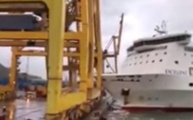 #Video Ferry se estrella contra grúa en puerto y provoca incendio - Captura de Pantalla