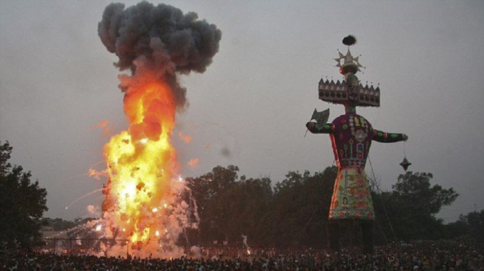 Suman 58 muertos por accidente de tren en India - Festival Dussehra en India. Foto de Reuters