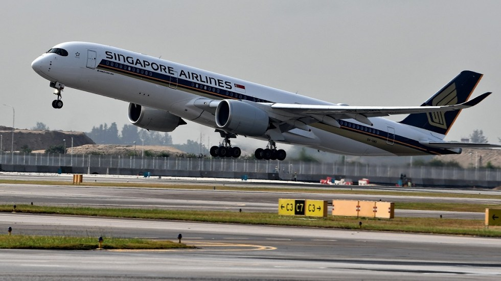 Despega el vuelo comercial más largo del mundo - Airbus A350 de Singapore Airlines. Foto de AFP / Roslan Rahman