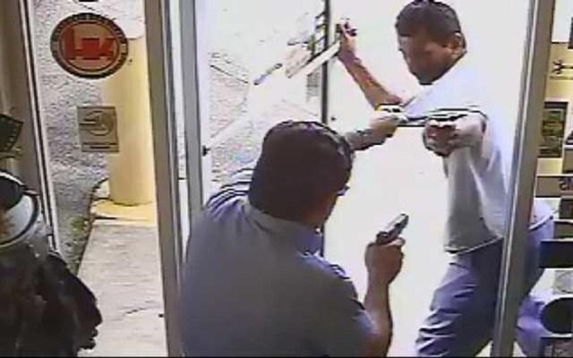 #Video Político mata a quemarropa a ladrón en Florida - Momento en que político mata a ladrón en Florida. Captura de pantalla