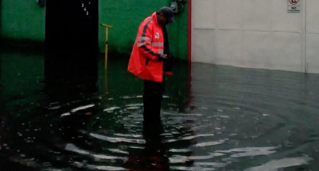 Lluvias afectaron 50 casas en la Ciudad de México - Bomberos atendiendo anegaciones en la GAM por lluvias. Foto de @FaustoLugo