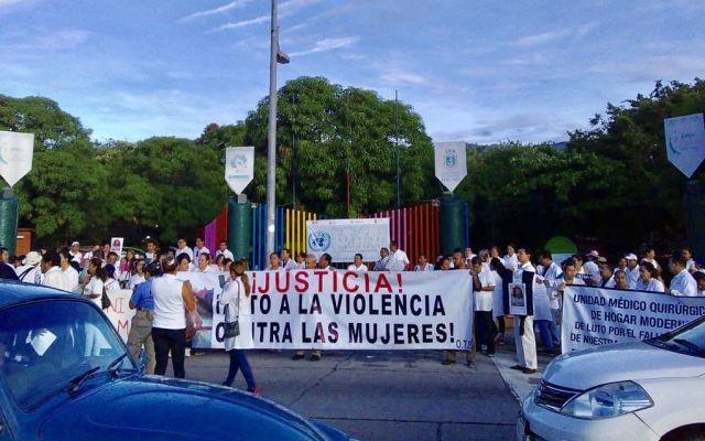 Marchan médicos de Acapulco para exigir justicia por asesinato de oftalmóloga del IMSS - Foto de Códice 21