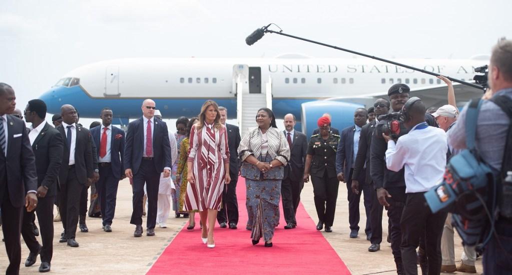 Melania Trump inicia gira de trabajo en África - Melania Trump fue recibida por la primera dama ghanesa Rebecca Akufo-Addo en su arribo a África. Foto de AFP / Saul Loeb