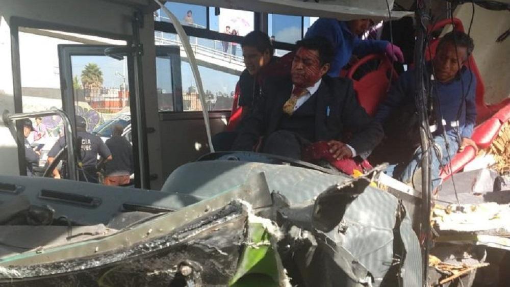 El conductor de la unidad resultó prensado de las piernas. Foto de Hoy Estado de México