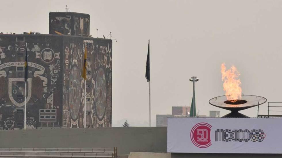 Encienden fuego olímpico en CU por 50 aniversario de México 68 - Los presentes disfrutaron y festejaron el regreso de a llama olímpica al estadio de CU.Foto de Quadratín