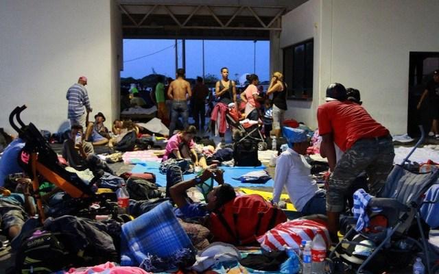 Migrantes detienen caravana en Juchitán - Migrantes descansando en Juchitán, Oaxaca. Foto de Notimex