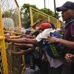 Preparan operativo por llegada de nueva caravana migrante - Policía de Guatemala impidiendo el paso de migrantes a Tecún Umán. Foto de AFP / Santiago Billy